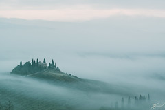 Nebel.Meer (Thomas Junior Fotografie) Tags: nebbia fog nebel october oktober september autumn herbst italia italien italy tuscany toscana vacation landscape landschaft scenery nature natur belvedere cypress zypressen weis white bianco clouds wolken sky light lightbeam lumiere hills alpha77mii sony