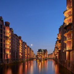 Wasserschloss (zsnajorrah) Tags: urban urbanphotography city warehousedistrict architecture water canal reflection night sky moon nightphotography nightlights bluehour longexposure manfrotto redged canon 7dmarkii efs1018mm germany hamburg hafencity speicherstadt wasserschloss poggenmühlenbrücke bridge