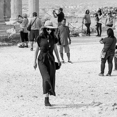 sightseeing in style (every pixel counts) Tags: 2018 woman street people tourist sightseeing acropolis everypixelcounts blackandwhite 11 hat style smartphone square athens greece eu europa mobiledevice fashion sunglasses autumn celular bw daylight cellularphone museum city capital historic citysights candid bolsa bag