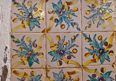 rubans (3) (canecrabe) Tags: jaune ruban carreau céramique santantonideportmany décor église