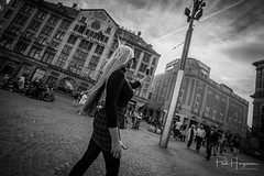 Selfie @ Madame Tussaud (PaulHoo) Tags: nikon d750 ultrawideangle wideangle samyang 14mm blackandwhite monochrome 2018 sun contrast shadow light amsterdam city people candid streetphotography dam square madame tussaud blond woman
