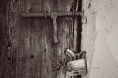 Ser amable abre puertas. Pero ser borde cierra bocas. (elena m.d.) Tags: texturas rural street pueblos españa guadalajara tendilla detalles cerrojos candados new macromondays monocromo monocromatico
