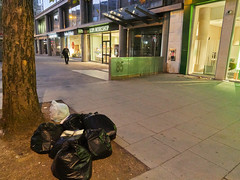 Tottenham Court Road. 20181019T06-06-26Z (fitzrovialitter) Tags: bloomsburyward england fitzrovia gbr geo:lat=5152183000 geo:lon=013574000 geotagged unitedkingdom peterfoster fitzrovialitter city camden westminster streets urban street environment london streetphotography documentary authenticstreet reportage photojournalism editorial daybyday journal diary captureone olympusem1markii mzuiko 1240mmpro microfourthirds mft m43 μ43 μft ultragpslogger geosetter exiftool rubbish litter dumping flytipping trash garbage
