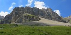 Vue sur l'imposante Baume Noire (ViveLaMontagne67) Tags: france alpes alpen alps dévoluy bure aurouze montagnedaurouze ensoleillé nuages falaises pierrier vert green cliffs clouds sunny blue sky mountain landscape 250v10f