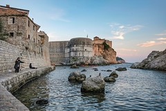 (thijs.coppus) Tags: citywall stadsmuur muur kasteel castle game thrones gameofthrones water avond croatia kroatie stad stenen rotsen rocks wolken clouds sky zonsondergang sunset vrouw dame lady vissen haven fishing harbour dubrovnik