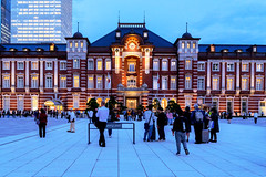 Tokyo Station Marunouchi station building on Twilight : 黄昏時の東京駅丸の内駅舎 (Dakiny) Tags: 2018 autumn october twilight night japan tokyo chiyoda marunouchi city street outdoor landscape garden station tokostation architecture building people nikon d750 nikonafsnikkor28mmf18g afsnikkor28mmf18g