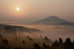 Sonnenaufgang (dd foto) Tags: böhmischeschweiz sonnenaufgang nebel natur berge nikon tamron d7100 httpswwwflickrcohttpswwwflickrcomphotohttpswwwflickhttpswwwflickrcomphotostagswaldrcomphotostagsbaumstagslandschaftmphotostagsberg httpswwwflickrcomphotostagsberg landschaft
