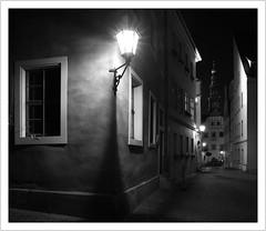 leave a light on (#explore) (Norbert Kaiser) Tags: pirna nacht abend mägdleinschule kirchplatz nightearth atnight earthnight laterne lampe lamp schwarzweis blackwhite sachsen saxony