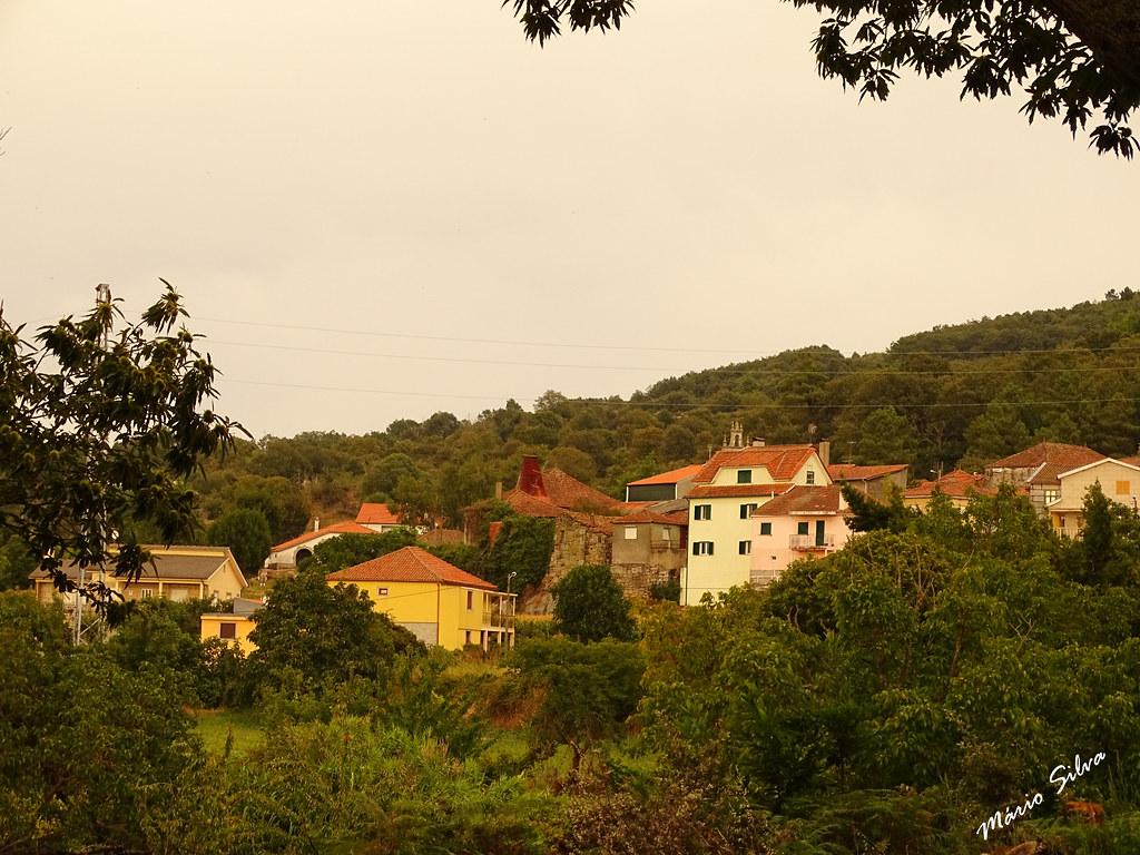 Águas Frias (Chaves) - ... vislumbrando a Aldeia por entre a folhagem  ...