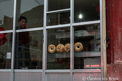 Bakery view (10b travelling / Carsten ten Brink) Tags: 10btravelling 2017 asia asian asien autonomous carstentenbrink china chine chinese gannan gansu gansuprovince gānnán iptcbasic prc peoplesrepublicofchina prefecture sangqu silkroad tibetan xiahe bakery bread bun province tenbrink window woman 中华人民共和国 中国 夏河 甘肃
