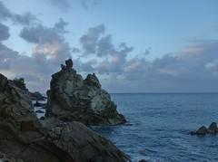 L'heure bleue espagnole (Iris@photos) Tags: espagne catalogne lloretdemar côte mer rocher crépuscule
