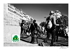 Invaders in the city (stephane_p) Tags: paris pentax biancoenero bianconero blackandwhite blackwhite bw darktable greentouch nb noirblanc noiretblanc selectivecolor