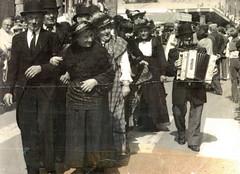 Cortège costumé à la fête de la Saint-Louis à Acigné en 1977