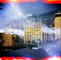 [Holga e le Sue Sorelle] Corso Amedeo visto dal piazzale del Tribunale (Urca) Tags: holgalomo1201809250002palermo palermo italia 2018 holga lomo doppiaesposizione doubleexposure analog analogico 120 6x6 square medium multi film filmisnotdead toycamera