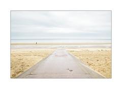 Le débarquement n'aura pas lieu. (Scubaba) Tags: europe france normandie couleurs colors fourmi ant plage beach sable sand mer sea ciel sky route road minimalisme minimal minimalism paysage seascape landscape