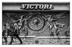 VICTORI (Luis kBAU) Tags: tienda tiempo calle paseantes caminando alzado walking transparency movement oliver street victory victori puerta door bn bw urban urbano