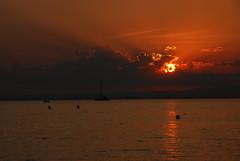 Et le soleil se couche.. (maxguitare1) Tags: mer méditerrannée soir sunset coucherdesoleil puestadesol tramonto eau agua acqua water paysage paisaje paesaggio landscape soleil sol sun sole nikon france