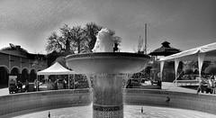 Tequis Fountain I (Carl Campbell) Tags: tequisquiapan nikond5200 fountain plaza bw noiretblanc blackandwhite