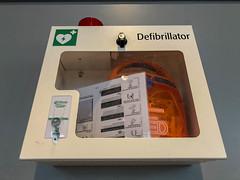 Ein Notfall Defibrillator in einem Sicherheitskasten an einer Wand