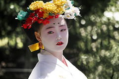 (cherco) Tags: girl zuiki kyoto japon japan joven composicion composition canon chica colour light green flower flor portrait retrato calle street paint geisha maiko niña procesion festival look