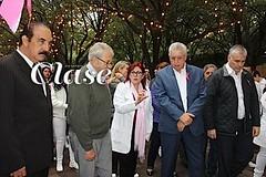 IMSS Nuevo León forma 'lazo rosa humano'