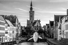 poortersloge (rey perezoso) Tags: 2018 brugge westvlaanderen belgië europa blackandwhite art installation plastics day historical belgium eu city cityscape bruges canal bw poortersloge whale belgique sculpture