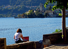 the painter / la pittrice (frank28883) Tags: ortalake ortasangiulio lagodorta isoladisangiulio pittrice painter
