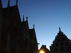Morgenspaziergang: der Morgen dämmert über der 800 Jahre alten Kirche St. Martini, rechts das Braunschweiger Gewandhaus. (R.S. aus W.) Tags: europa europe deutschland germany niedersachsen lower saxony braunschweig brunswick besuch herbst morgen morgenspaziergang spaziergang stadt city urban visitor besucher alt old history historisch