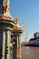 London 12 (Lennart Arendes) Tags: canon ae1 kodak analog film 35mm gold 200 river thames london fluss westminster bridge eye buildings construction water