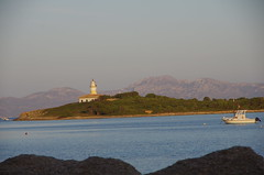 Lighthouse, Port Allcudia, Mallorca (AWe63) Tags: pentax pentaxk5 da18135 mallorca spanien 2013 cawe63 lighthouse leuchtturm bay bucht meer sea allcudia portallcudia landschaft landscape boot boat ship schiff