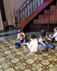 enquanto não chega a hora (lucia yunes) Tags: criança brincar brincadeira escola visita children play mobilephoto mobilephotographie motozplay luciayunes