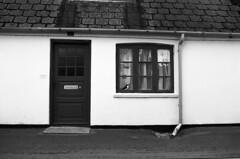 Lundefugl spejder efter sild (holtelars) Tags: asahi pentax spotmatic sp m42 supertakumar takumar 28mm f20 film 35mm analog analogue ilford fp4 ilfordfp4 100iso d76 bw blackandwhite monochrome filmphotography filmforever ishootfilm larsholte homeprocessing jobo atl1500 gilleleje denmark danmark oldhouse architecture