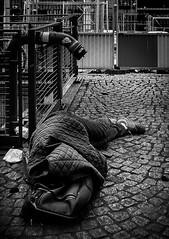 Si somos hijos de un mismo dios (Solène.CB) Tags: homeless man sansabri street rue paris placegeorgespompidou bw nb solènecb canoneos70d