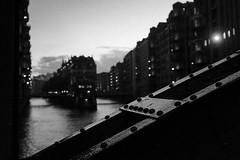 Poggenmühlenbrücke (Meine Sicht) Tags: 23mm alemania allemage deutschland fuji fujifilm germania germany hamburg objektiv speicherstadt x100s poggenmühlenbrücke wasserschloss bw sw blackandwhite schwarzweiss blackwhite