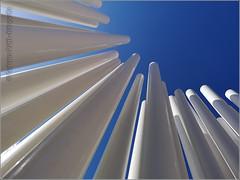 puntare in alto (FedericoPatti) Tags: 2018 pali stilllife cielo sky prospettiva puntodifuga bianco azzurro huawei pensiero linee tubi minimalismo