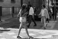 enviando mensaje (Samarrakaton) Tags: 2018 madrid verano summer samarrakaton nikon d750 2470 gente people urbana urban street callejera byn bw blancoynegro blackandwhite monocromo