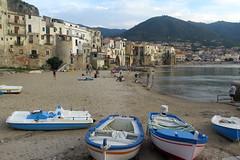 Little beach in Cefalu (Sicilia) (Sokleine) Tags: seaside sea mer méditerranée coastline beach plage strand cefalu sicilia sicile italia italy italie italien bateaux boats