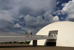Ao sabor do vento . . . (ericrstoner) Tags: museunacional nationalmuseum cloud nuvem ramp rampa oscarniemeyer niemeyer dome cúpula brasília distritofederal hostesstwinkies