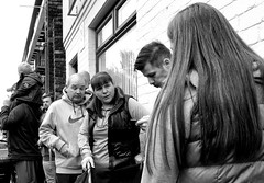 """""""I'm staying out of it."""" Parade of the Giants, Liverpool Docks (_p_e_r_s_e_p_h_o_n_e_) Tags: liverpool giants liverpoolgiants streetphotography monochrome liverpooldocks crowds spectators debate giantsparade liverpoolgiants2018 strandstreet"""