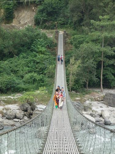 A 10 min à pied de la rue principale on trouve une rivière que les habitants traversent sur ce grand pont