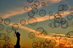 bolle al tranonto (luporosso) Tags: bolle bolledisapone tramonto sunset roma rome italia italy gioco game soap bubbles controluce contraluz silhouette siluetas nikon nikonitalia nikond500
