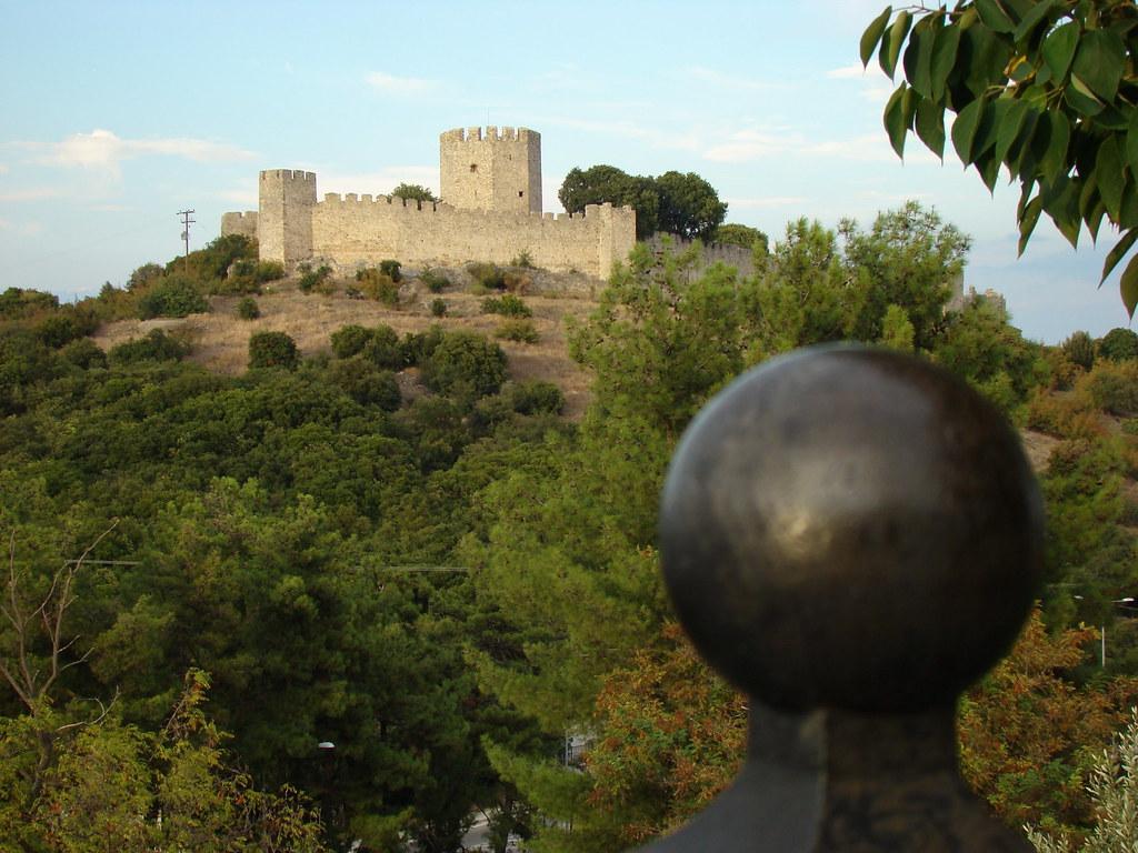 фото: Вид на замок Platamon из Neos Panteleimonos