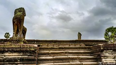 180726-131 Sur la terrasse (clamato39) Tags: angkor angkorwat cambodge cambodia asia asie voyage trip ciel sky clouds nuages religieux religion ancient ancestrale patrimoine old historique historic history