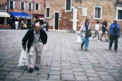 Incontri (Marta Marcato) Tags: man oldman street streetphotography bag shopping groceries bricks pavement blue venezia venice italy italia nikond7200 evening encounter look eyes portrait