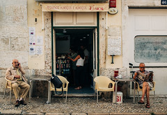 Talking and Reading (Poul_Werner) Tags: lisboa lisbon lissabon portugal vitusrejser ferie rejse travel lisboaregion pt