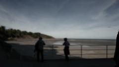 en vacances (ericguéret) Tags: couple beach seashore panorama pointdevue pointofview brittany silhouette côtesdarmor bretagne sea cliffs falaises binic plagedelavantport lowtide bassemer lamanche holidays vacances tourisme baiedesaintbrieuc ironbalustrade rembarde paysage rivage