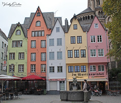 Colourful house in Kóln, Germany (vickyoutenphoto) Tags: colourfulhouses houses house pubs cologne kóln germany vickyouten
