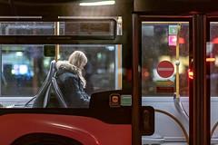 Listen to the music (02.11.2018) (Siebbi) Tags: bus street strase streetphotography strasenfotografie commute publictransport publictransportation öpnv öffentlicherpersonennahverkehr night nacht afterdark candid city stadt