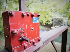 The magic red box (roomman) Tags: 2018 luxemburg luxembourg manternach valley trail hike hiking walk walking sport wports move nature landscape village manternacher fiels wander wandern wanderung wanderweg track rout ehike deep forest red box turn steer weir wehr