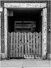 ouverture sur l'intérieur (cjuliecmoi) Tags: montréal architecture bâtiment marche promenade urbain ville noiretblanc blackandwhite monochrome